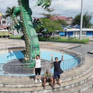 Pagi itu kami ke pantai Kamali Bau-bau, Pulau Buton, Sulawesi Tenggara. Patung Naga berwarna hijau yang punya banyak sejarah dan sekarang menjadi ikon Kota tersebut.  Patung Naga ini cukup unik, kepala Naganya di pantai, tapi bagian ekornya ada di depan kantor walikota. Tinggi si kepala cukup tinggi, sekitar lima meter. Kalau mau kesini saran aku lebih enak sore hari, biar bisa sekalian nongkrong sama penduduk lokal di kafe Gaul.  Kalau pagi sih bisa jajan bubur, eh bubur apa ya yg kita makan kemarin itu? @lostpacker @wiranurmansyah  Ps. Aku rindu ngedit footage kayak gini 😂  #travelblogger #wonderfulIndonesia #VlogLinda#Baubau#Sulawesi #explorebaubau #indovidgram #exploresulawesitenggara #Exploresulawesi #pesona_indonesia #ClozetteID #Summer #PulauUlar #PulauButon