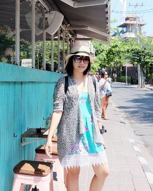 Another pose aneh gara-gara rebutan background cantik.. Dari sekian take cuma ini yg mendingan, Bali lagi terik banget hari itu. (YAIYALAH JAM 12 SIANG TENG) . Pas mau masuk cafe ternyata penuh, langsung mencari cafe terdekat lainnya dan berharap di sana dapat kursi. 😂😂😂 . #cafehopping #Bali #ootd #clozetteID #Summer #benerankepanasan