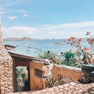 Ngeliat @schode_ yang udah berangkat ke Labuan Bajo, rasanya jadi makin kangen buat jalan-jalan main pantai sisi Timur Indonesia.Bulan lalu sempat kepikiran buat nekat ke Sulawesi, tapi langsung mundur teratur lihat harga tiket pesawat kesana.Kalian ada yang ngerasa senasib juga ga sih? 😅Ttd Linda yang pingin menghadiahi diri sendiri tiket leyeh-leyeh di pantai tapi labil. 🤣📸 @ceritaeka#LabuanBajo#ExploreLabuanBajo#LindaleenkOOTD#ClozetteID#Summer