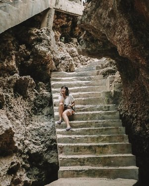 Berusaha tetap kalem, padahal kaki habis dipaksa buat turun sekian ratus tangga.Kalau lagi di #Bali dan butuh ditemenin ngebolang memang paling bener janjian sama @temanjalanaryan.Kalau ga karena dia, mungkin aku ga akan pernah ke Suluban Beach yang mau main air aja harus latihan kaki dulu. 🤣🤣Masuk pantainya gratis, kemarin kami cuma bayar parkir motor IDR 3.000 aja muraahhh 👌#Agirlwhotravel #LindaleenkOOTD#ClozetteID#ExploreBali