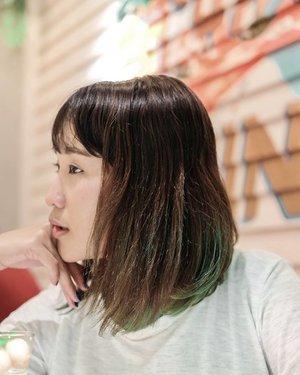 Tahun 2018 sudah mau habis, tapi masih belum ada ide tahun 2019 rambutnya mau diwarnain apa. . . Btw akhirnya draft mewarnai rambut jadi hijau ini sudah ada diblog loh! http://bit.ly/CatRambutKorea . . #fotd #ClozetteID #HairCare #HairColor #Lingbeauty