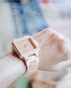 Kemarin waktu ke #Jogja ditemani sama jam baru dari @mahiwatch . Model jam yang klasik dan eksklusif ini cocok banget buat nemenin jalan-jalan. . . Ya meski sudah ada handphone rasanya masih tetap butuh jam tangan buat menghias tangan. 😂 . . 🗣trus @innath teriak: BALIKIN JAM TANGAN GW WEII! . . #Lingtrip #Yogyakarta #watch #ClozetteID