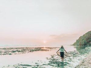 Masih hari Kamis tapi hawanya sudah Jumat..Merasa bersalah daritadi udah judging ke para lelaki yang (aku kira) ga shalat Jumat..🤣😂..Hai laut, sudah kangen belum?Fyi ini foto waktu di #PantaiPokTunggal yang ada di #Yogyakarta Tadinya mau sunset di pantai lain, tapi jodohnya di sini.Gakpapa deh, tetep cakep apalagi sambil minum es kelapa. 🤪..#Lingtrip #KafeBCAGoesToYogyakarta #ExploreGunungKidul #ExploreYogyakarta #Travel#Travelgram #ootd #ClozetteID #instatravel