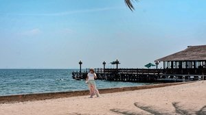 Kalian tau ga sih kalau di Kepulauan Seribu ada resort yang mirip dengan versi mininya Pulau Komodo?Begitu turun boat kamu akan disambut oleh kerumunan biawak yang memang dilepas bebas di sana (tenang ada pawangnya kok)Tapi ya saya jadi agak waswas tiap kali mau menepi ke pantai dan mainan air. 😅#Lingtrip#agirlwhomissesthesun #clozetteID#agirlwhotravels