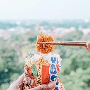 Sebuah maha karya demi menyambut weekend yang bahagia, berupa tahu mie goreng. (eh entah namanya apa)    Bikin prakarya begini bagusnya ga sering-sering, masaknya lama. Makannya cepet banget.  Udah tau kan cara bikinnya? 😁😁   #Foodies #Foodgasm #Lindaleenk #ClozetteID #HappyTummy #Noodles #StreetFood 