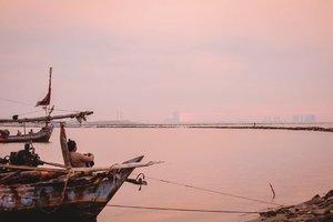 ** Menunggu Matahari Terbenam** Kenapa langit matahari terbenam selalu terlihat cantik? Meski sayang awannya entah menghilang kemana 🤔Toh tetap bisa dinikmati, buktinya si bapak juga duduk santai menghadap arah matahari terbenamBtw ada yang mau #OleholehNewYork  dari saya? Silakan ke postingan sebelum ini ya🙋♀️🙋♂️ #Landscape #Cityscape #ExploreJakarta #Jakarta #ClozetteID
