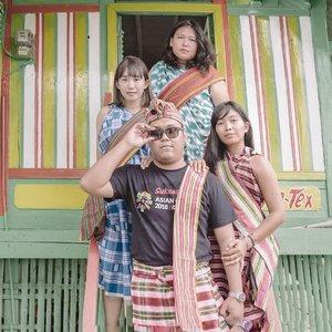 """Mau ngajak aku kencan?Silakan bertemu dengan """"aka-aka yaku"""" dulu...Bau-bau adalah salah satu tempat yang semacam """"harapan"""" menjadi kenyataan..Tahun itu saya cuma bergumam, """"Tahun ini ingin ke Indonesia Timur lagi""""..Lalu @pacificpaintindonesia mengundang saya dan teman-teman untuk terbang ke Pulau Buton. (BAHAGIANYA YA TUHAN) Lalu tibalah saya dua hari lebih awal bersama @wiranurmansyah dan @lostpacker buat explore Kota Bau-Bau..Di sana kami main ke kampung tenun warna warni Sula'a. Melihat proses pembuatan kain tenun, dan mencoba bersolek dengan kainnya. 🤣 (Bahkan kami masuk Koran setempat dan dibilang warga lokal) YAUDAH YA KANGEN SAMA KALIAN JUGA GAES.. Eh kalian ada cerita harapan yg jadi kenyataan kayak saya juga? #Yha #Haluadalahkitasemuayanggabisakemanamana#ExploreBauBau#buton#Travelgram#ClozetteID#Baubau#Sulawesi"""