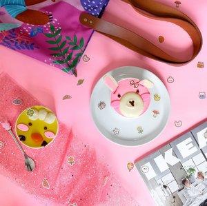 Buku pengangan selama dua bulan ke depan: segala macam yg berhubungan dengan furniture dan interior.Balada mau renovasi ini ya, rasanya pingin langsung jadi dan pasti bagus aja. Tapi kan aku bukan doraemon 💆🏼♀️#ikea #flatlay#cupcake#clozetteid