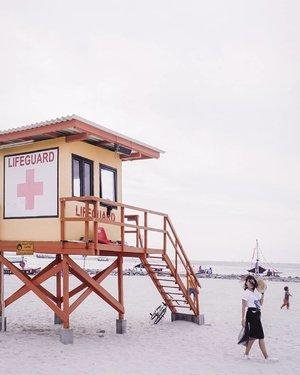 Pinginnya bikin caption panjang buat ngajakin @indohoy ke rumah lifeguard ini. Memang bisa ngapain di sana?Duduk-duduk bergosip sambil minum es kelapa, mengamati orang lalu lalang dan menunggu sunset. Potluck-an juga seru sih, tinggal bawa tikar lipat buat digelar. Udah gitu aja?Ya kalau habis itu mau lari kicik-kicik 5km menyusuri pinggiran pantai juga bisa kok!.Memang ini dimana?Ituloh Pantai Lagoon yang ada di @ancoltamanimpian , kesini bisa naik bis transjakarta, kendaraan pribadi dan lainnya. Kalau mau ngirit sih naik bis Transjak aja, habis itu tinggal naik shuttle gratisnya Ancol. Kalau dari @shraya_kulture sih butuh sedikit jalan sehat menuju halte terdekat buat naik bis transjaknya. Kalau mau cepat ya naik angkutan online aja. Cuma 30 menit bisa sampai di Ancol ini 😉 ..Btw sudah lihat pengumuman #LinGiveaway kemarin? Perlu bikin lagi ga enaknya? 📸 @dimas__a.w #ExploreJakarta #Travelgram #IndohoyShraya #TravelIndonesia #ootd #ClozetteID