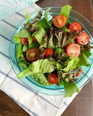 Ceritanya lagi pengen menambah asupan sayur tapi suka berasa enek kalau makan dalam jumlah banyak sayur yg dimasak. Etapi kalau model sop bening atau sayur bening sih doyn aja. Scara emang pemakan segala kan sebenernya. 😁😁 Jadi porsi sayur ditambah dengan campuran beragam daun selada plus tomat ceri dan saus wijen. Kadang kutambah protein yang lagi dimasak dirumah. Ada ayam goreng? Suwir2 aja trus cemplungin. Ada dori gortep? Makin enak salad sayurnya. Ada jamur crispy? Ulala, bisa nambah. Pokoknya judulnya makan sayur lebih banyak. Endingnya sih berharap supaya kalau seratnya nambah karbonya turun. Ya kaann. Lihat nggak tempat salad yang aku pakai? Warnanya cantik ya. Tempat salad ini hadiah dari @clozetteid dan @tupperwareid SAH dong aku jadi buibu karena sudah punya koleksi mangkuk tupperware beragam ukuran, blm lagi lunch boxnya. Hihi.. Thank you @clozetteid @tupperwareid dan tentunya @smartmumsid yg sdh menginfokan keuntungan kalau kita menjadi member premium Clozette. Salah satunya bakalan dapet hadiah kaya gini. Cuss download. Boleh lho kalau mau download sambil ngemil salad. ...#clozetteid #tupperware #smid #smidxclozette #rumah2kamboja