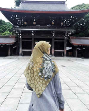 Mentemen ngerasa nggak kalau akhir - akhir ini matahari lagi terik tapi anginnya dingin? Persis banget cuacanya seperti saat saya ke Jepang kemarin. Saat saya mengunjungi Meiji Jingu saya memutuskan untuk memakai dress dari @rjbyroswitha yang dipadankan dengan scarf dari @ammarascarves ini. Keduanya membuat saya tidak kegerahan meski harus berjalan jauh dan sambil menggendong Arsel. Dressnya enak banget bahannya dan lebar jadi bisa swing - swing macam princess. Detail kancing, tangan yang diserut dan lipitnya pun keceh. Sayang foto fullnya ngeblur. 😓😓Dress ini custom bisa untuk busui, smoga nanti makin banyak ya koleksinya @rjbyroswitha yang busui friendly. Jazakilkah khair @roswithajassin kesayangan akuh. 😘😘...#rjbyroswitha #ammarascarves #jilbab #khimar #buyutravelling #whattowear #whenintokyo #latepost #hijab #clozetteid