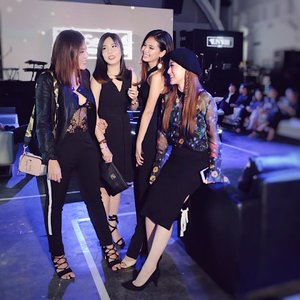 Chit Chating while waiting @tresemmeid Runway to be ready .. Cannot move on edition.. . . . . . . . . #RunwayReadyHair #TREsemmeRunway #cottoninkxtresemme #tresemmesquad #runwayreadyhair #cannotmoveon