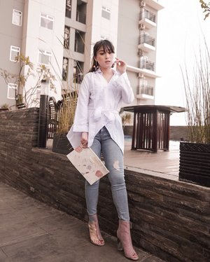 If in doubt, anything looks good with a white shirt .. - Victoria Beckham . . White top @exagora.inc . . . . . . . #ootd #clozetteid #style #whiteshirt #streetstyle #indofashionpeople #lookbookindonesia #partnershipwithhisafu #hisafudressup #스타일 #스트릿스타일 #페션