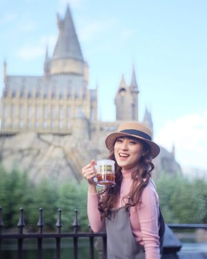 Couldn't be more happier then drinking butterbeer with Hogwarts as my background.. . . . . . . #universalstudiojapan #pixyasianbeautytrip2017 @pixycosmetics #pixycosmetics