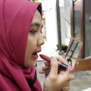 Pakai lipstick itu harus serius.. Kalo enggak bisa belepotan dan gak kece hasilnya. 😁😁 . . . .Candid pic by mamah @roswithajassin#ClozetteID #bloggerbabesid #kakira #lategram