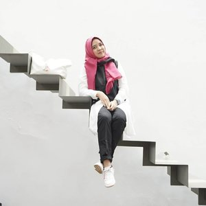 Climb up the stairs cheerfully, climb down the stairs cheerfully! Let your mind is unaffected by the ups and downs of life! ~ Mehmet Murat IldanGood Morning Everyone. .Clothes & hijab by @jenahara_update @jenaharanasution#JIRShawl #AubreShirt #NataOuter #PawakaTrousers #stealjenaharastyle.Bag by @malaikabags 📷 by @roswitajassin .#kakira #ClozetteID