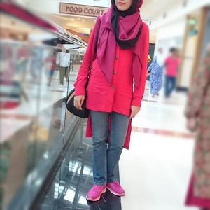 Yesterday's #OOTD .. Shades of red+pink and red lips. 💋😁 Hijab: #JIRShawl by #jenahara #stealjenaharastyleTops: @jenahara @jenahara_update #JenaharaForZalora #zaloraidPants: unbrandedShoes: @adidasindonesia Bag: @thezaloralabel #clozetteid #bloggerbabesid