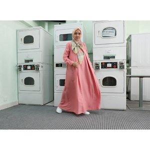 Ternyata.. Essential Dress-nya @pulchragallery cantik banget deh. Dipakenya juga enak plus gampang licin kalo disetrika. Penting banget itu supaya gak kelamaan mainan setrikaan. 😁😁 _Dan warna salmonia ini.. Cantik banget bikin muka keliatan lebih cerah dan mood juga jadi hepi terus. _#rachanlie #kakira #kakiramyid #essentialdresspulchra #iwearpulchragallery #pulchragallery #clozetteID