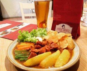 Bistik Ayam, I think it's redundant as bistik means beefsteak LOL. Javanese version of Dutch steak, no wonder if the sauce is so sweet.  The taste reminds me of Selat Solo. IDR 35K only. . . #instaculinary #clozetteid #lifestyle #instafoodie #foodie #foodiegram #foodpost #foodporn #peranakan #steak #javanese #Dutch #Netherland #happytummy