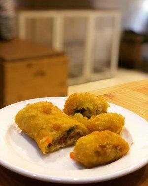 10 am in the morning means snacking time  Risol yang enak itu buat aku bukan yang berisi ragout, karena menunjukkan ketidakpastian 😌  Risol isi kentang-wortel dan sedikit potongan ayam is da best! Kenikmatannya berlipat ketika beradu gigitan cengek. Risol kampung? Risol rumahan? Mungkin begitu namanya. . . Kamu mau menemani aku menghabiskannya? . . #sjbanyuwangi #clozetteid #lifestyle #snacking #instafoodie #foodstagram #foodiegram #foodporn #happytummy #happytummyhappyme #foodiesofinstagram #foodie