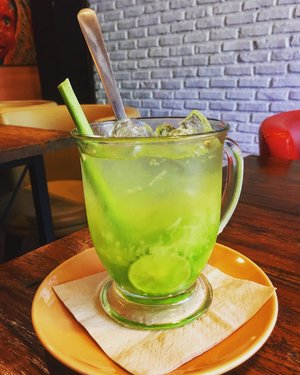 Freshness in a cup of shredded cucumber with slices of kefirlime. At first I think it's an authentic beverage from Aceh, but found it at Papua resto. Because why not as we live at the same earth, same country named Indonesia . . #clozetteid #lifestyle #foodie #foodiegram #foodism #foodporn #foodphotography #foodpost #indonesianfood #foodie #foodporn #beverages #indonesianculinary #latepost
