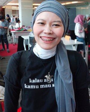 Terlalu lama bertapa di dalam menara, muka puchat macam drakula...Difotoin @lindaleenk pake kamera jahat yang bikin pori-pori mendadak lenyap...Pake kaos @_katatemen ..#clozetteid #ootd #hotd #selfie #selfportrait #hijabtyle #fashionableme #fashionate #fashionist #latepost