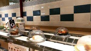 My first experience with sushi is like: eewh raw fewd 🥴 . . Tapi itu belasan tahun lalu sejak icip pertama yang berujung pada ketagihan. Mulai resto sushi otentik sampai low budget. 🍣  @tomsushiidn adalah salah satu resto dengan harga yang affordable dan rasa setara. Kebanyakan sajiannya memang jenis fushion, tapi seperti kebanyakan sushi stall lainnya aneka chuka seperti wakame 🍃 dan idako 🐙 juga bisa ditemukan di sini. . . Varian yang disajikan lumayan banyak dan unik, misalnya aja butiran mutiara hitam boba di atas tobiko. Karena itu lebih seru kalau kamu memilih sendiri di kereta yang mondar-mandir ketimbang duduk manis memesan menu dari buku. Harganya berkisar 10-20ribu rupiah per porsi. . . Yang menyenangkan, donburi dan ramen juga bisa dipesan dalam porsi mungil sehingga terhindar dari kekenyangan. 🍜Jadi, gak ada alasan buang makanan ya 👀 . . #sushi #clozetteid #lifestyle #foodiegram #foodpost #foodporn #foodie #foodstagram #japanesefood