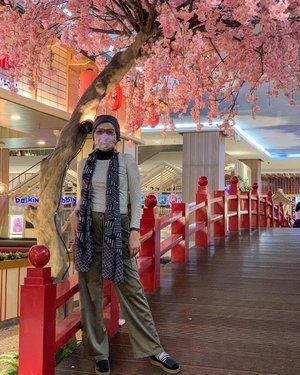 Bintaro rasa Tokyo...Nggak tau apakah di Tokyo beneran ada tampilan jembatan dengan bunga merah jambu kayak gini, diksinya bagus untuk kesan berima sebagai pembuka 😁Kecenderungan mendandani tempat wisata mirip-di atau bahasa kiwarinya: xxx (nama lokasi) rasa yyy (yang dimiripkan) adalah materi layak debat. Semacam krisis identitas, kehilangan orisinalitas, dan tidak otentik! Ini suara yang kontra. Setiap tempat seyogyanya (kenapa Yogya bukan Bandung atau Jakarta? 🤔) punya ciri yang membuatnya mudah dikenali. Seperti Eiffel milik Paris atau kincir angin khas Belanda. Kita punya apa? Mungkin saking banyaknya jadi membingungkan mana yang mau dijadikan sorotan 🤭Sebaliknya yang setuju beranggapan, bangunan dengan kemiripan ini menyenangkan buat yang pengen berwisata ke negeri asal sang ikon tapi belum cukup kesempatan. Bukan cuma dana, sekarang ditambah lagi karantina. Jadi biarkan aja warga berbahagia dengan ciri negeri orang yang didatangkan ke sini, buat kenang-kenangan atau konten kan lumayan tho 😀Tinggal tunggu waktu kapan tamu lokal bosan. Kalau udah jenuh toh tinggal bongkar, lalu buat baru. Toh ada anggaran bukaaaaan 😎Lha terus kamu ngapain ikutan pepotoan di sini?Demikianlah yang namanya inspirasi berbasis tulisan. Takarir tercipta duluan, ide pose belakangan 👀📷 @fraulein_ira #dandanSenin #clozetteid #fashionableme #fashionate #fashun #fashionhijab # ootd #hotd #thrifting #instafashion