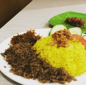 "When in doubt, find gewd fewd.  One Saturday, I was lost and dunno where to go. Landed at Sudirman station, considering to have a trip using @mrtjkt but feeling so starving.  Then I decided to landed here: a Manadonese resto that quite famous. Was thinkin ""OMG this yello rice is too huge to eat alone"" but I can't stop myself to order Es Kacang Merah as dessert because those are too tasty 🤤 . . #instagood #instafoodie #foodie #foodiegram #foodpost #foodporn #manadonese #indonesianfood #clozetteid #lifestyle #foodgasm #happytummy #happytummyhappyme #latepost"