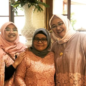 Accidentally in pink at the wedding ..In frame @agatogata @arinidita @liamarta at @fairyteeth's big day ..#clozetteid #ootd #darigigikehati #wedding #weddingparty #hijabers #kebaya #selasaberkebaya #latepost