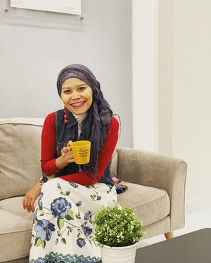 When I notice this is Sunday morning and still have couple hours to do what I can't do on weekdays 😁..#clozetteid #ootd #lifestyle #sundaymorning #morningcoffee #fashionate #fashionableme #instafashion #hotd #hijabstyle #hijabi #latepost