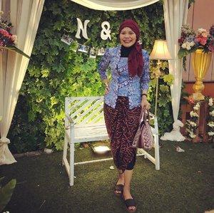 Who says kebaya is not suitable for hijabers?..Which one is you like the most: blue batik one by @lindaleenk or that white with tule by @visbatik ? 👉🏼 swipe to see and leave comment ..#clozetteid #ootd #HoTD #fashionable #instafashion #fashionic #fashionaddict #selasaberkebaya #batikindonesia #fashionableme #fashionate #wastraIndonesia #latepost
