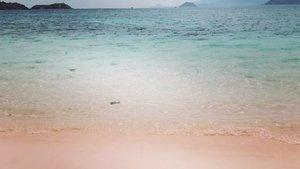 Masya Allah.. . . Setelah sekian lama hanya bisa mengagumi lewat foto dan video, Alhamdulillah tahun ini berkesempatan melihat langsung dan menginjakkan kaki di pantai yang cantik ini ❤️ . .  فَبِأَيِّ آلَاءِ رَبِّكُمَا تُكَذِّبَانِ  #travel #clozetteid #adventure #journey #labuanbajo #Indonesia #pinkbeach