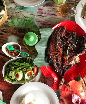 Tadi pagi jam 10 udah langsung makan beginian cobaaakk... hahaha Mana nasinya banyak pulak! Kalo ketemu ikan laut bakar eykeh bisa kalappp 😋😋😋 🐟🍚🐟🍚🐟🍚🥗🥗🥗 . . . . #whatieat #fooddiary #makanapa #kulinerindonesia #food #ikanbakar #foodphoto #foodflatlay #wiskul #kuliner #beachlife #seafood #seafoodlover #foodgasm #foodie #foodstagram #indonesianfood #makanenak #clozetteid