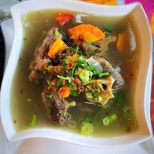 < Sop Buntut a.k.a Oxtail Soup > 😋👌🏼 . . . . #sopbuntut #whatieat #fooddiary #foodgram #foodphoto #indonesianfood #makananindonesia #kuliner #traditionalfood #soup #oxtailsoup #makanapa #makanenak #indonesianblogger #clozetteid