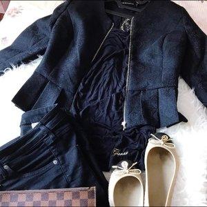 < o n . r e p e a t > 💃🏻 #abaikanbajuyanglecek - foto diambil ketika belum di-steam 😜 Wkwkwkkk... . . . . #outfitlayout #currentlywearing #ootdshare #aboutalook #flatlay #fashionflatlay #realoutfitgram #stylefile #personalstyle #outfitdiaries #blackonblack #starclozetter #clozetteid