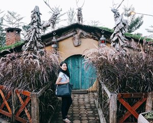 🏚 You never know which door will lead you towards your dream, until you have the courage to walk through it 🏚 . . . . . . #thehobbit #hobbithouse #hobbithole #hobbitlife #iglove #lordoftherings #bilbobaggins #lifewelltravelled #travelpic #lifeonthego #travellogue #travelmore #traveldiaries #travelstories #postthepeople #clozetteid