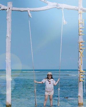 Harusnya hari ini posting tentang jalan pagi + sepedaan di Ragunan Zoo dan Pusat Primata Schmutzer kaya di IG Story gue, tapi berhubung tema feed lagi biru2 jadi hari ini bakal posting laut lagi ajah 🙆🏻 Posting jalan pagi di Ragunan besok aja yee.. hehe 😉 . . . . . . . #peopleinframe #beachlife #travelogue #islandliving #seaside #islandlife #yktripdiary #passionpassport #athomeintheworld #beautiful_places #openmyworld