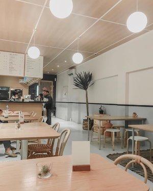 Sejauh ini tempat makan #pokebowl ter-favorit adalah @honueats 🌴 Selain karena deket rumah juga karena emang belum banyak nyobain poke bowl di tempat-tempat lain sih hehe 😄Poke bowl ini aslinya makanan dari Hawaii. Isinya nasi dan potongan ikan segar macam tuna dan salmon. Ditambahin sayuran dan bumbu atau topping juga. Kalo yang suka sashimi pasti biasanya bakal suka poke bowl 🥰 Honu ini sebenernya tempatnya kecil, tapi enak aja suasananya buat makan. Lagipula kalau makan poke bowl enaknya langsung makan di tempat karena masih fresh, kalau dibawa pulang atau delivery jadi udah nggak fresh kan. Anyway, ada yang punya rekomendasi tempat poke bowl lain yang enak di Jakarta Selatan? Gue baru cobain beberapa aja soalnya...#honueats #pokebowls #pokebowlsfordays #interiorwarrior #theprettycities #explorekemang #whatieat #fooddiary #clozetteid