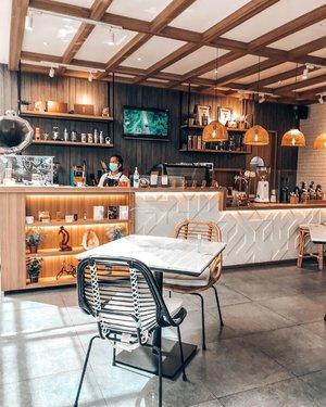 Bukan cafe biasa melainkan cafe jamu 😉 Kalo cafe nya secakep ini jadi pengen minum jamu gak? Jamu disini juga diolah jadi kekinian, gak kalah ama minuman modern lainnya. Pankapan nanti ku posting foto jamu nya ya. Mon maklum lagi irit konten karena lagi gak kemana-mana due to PSBB 🙂.#acarakikemang #acaraki #ykcafehunt #explorekemang #storefrontcollective #tokojamumodern #prettycities #gglocalgems #clozetteid