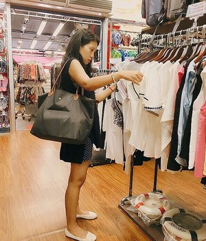 "True Story : [ Shopping is my drug ] 🤒🙆🏻♣️ #throwbackwednesday > ini foto lama, foto candid taken by my #instagramhusband yang mana gue pun gak sadar kalo lagi difoto saking ""konsen""-nya milih baju. Jadi kalo kata @_krisna_ : Sebelum foto ini diambil seharian itu gue ngeluh pusing, dikit2 bilang sakit kepala, tapi begitu nyampe di #chinatown keluar masuk toko liat2 rak gini kata @_krisna_ gue langsung sembuh, lupa sama sakit kepala alias pusing-nya langsung ilang ! 🤷🏻♀️hahaha Aneh tapi nyata, but shopping really is my drug 😂😂.......#postthepeople #todaysstory #instablogger #aboutalook #shoppingismytherapy #picoftheday #instagood #goals #instalove #instago #dametraveler #stylefile #mylook #clozetteid"