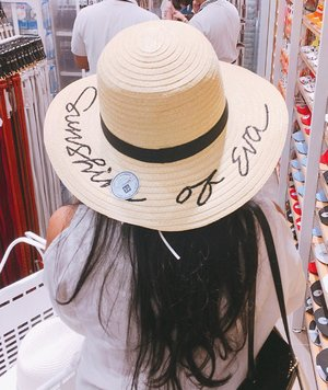 """I'm getting bored with the """"golden brown-y green"""" feed on my IG homepage so Let's move on to """"white-ish"""" theme now, shall we❔👩🏻🌾 . . . . . . . #peopleinframe #hat #strawhat #hats #hatclub #stylefile #summerhats #topisayabundar #aboutalook #fashionpost #pursuitofportraits #postthepeople #instagood #instalove #clozetteid #photooftheday"""