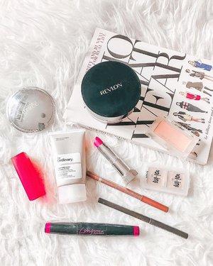 """Yesterday's """"light"""" makeup spread buat ke indomaret.. 😅💄 . >> {slide for details} 💋 ⠀⠀         . #faceoftheday #makeupflatlay #colorpalette #makeupandwakeup #makeuplife #makeuptalk #clozetteid"""