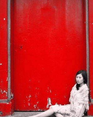 "[The girl with the red door] 📍 Nemu foto jadul jaman baheula waktu diajakin @gitjebelle ""photoshoot"" di kota tua sama temennya yg fotografer hahaha inget gak git, waktu itu bayarannya dicetakin foto banyak hihihi #funtimes ❤️ . . . . . . . #throwback #reddoor #creatingmoments #thatsdarling #momentslikethese #justme #pursuitsofportrait #clozetteid"