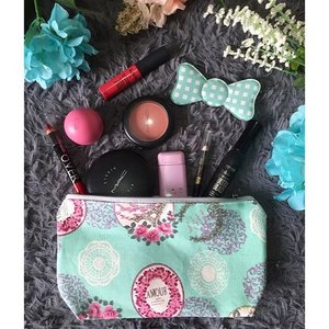What's in my cosmetic pouch today 💄🎀 By the way my new pouch is from Sae, a home-industry brand managed by a close relative of mine. You can order it by a dozen or more for souvenirs or gifts :) #whatsinmybag #souvenirbag #makeup #flatlay #jualpouch #madeinindonesia #todaysmakeup #promo #whatsinmymakeupbag #ClozetteID