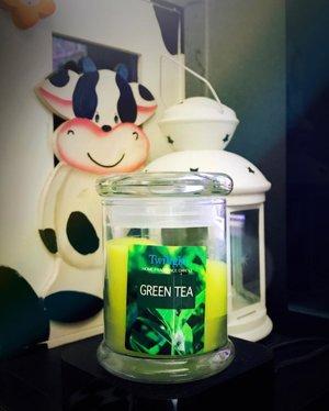 #Candleoftheday : Twilight Green Tea 🕯 . 🍃(#Review) >> Sebenernya kurang rekomen lilin merk Twilight ini, karena walaupun harganya murah dan gampang didapat (ada di informa) tapi wanginya selalu gak kecium alias weak sillage and weak scent throw 😒 Kecuali ditaruhnya di atas meja dan kita duduk di meja itu dalam waktu lama (kerja) baru deh kecium, karena jarak dari lilin ke hidung gak terlalu jauh jadi memungkinkan aromanya masih tercium. . Tapi kalo untuk mengharumkan ruangan sih gak akan kecium kecuali ruangannya kecil banget dan tertutup 😉 But I still love buying them sometimes because they're cheap 🌿 . . . . . . . #candles #candlelight #candlelove #twilightcandle #candlereview #lilinwangi #greenteacandle #scented #candlesfordays #candleseason #instablogger #clozetteid