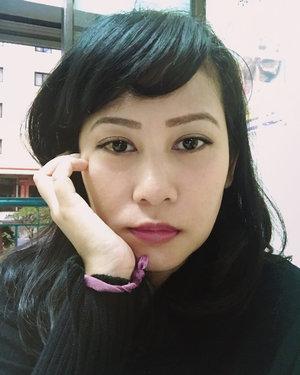 Kemaren dikasih oleh2 lipstick hitam dari Arab sama kak @wienazakaria 💋 Lipstick ajaib, kemaren pas pertama pake warnanya agak nge-pink, hari ini gue pake lagi warnanya jadi keunguan💄💁🏻♀️ Cucmey banget eyke sukak! Maaciy Mawin... >> (Slide photo ⏪ buat liat lipsticknya) 😀#lipstickobsession . . . . . . . . #beautyblogger #makeupgram #faceoftheday #lippies #makeuptalk #makeupaddict #lipstickreview #motd #fotd #clozetteid #pursuitsofportrait #셀스타그램 #셀카 #셀피