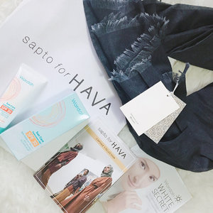 Goodie bag from the #SaptoForHava show : Wardah SPF Cream (thankyou, I need this!), and a denim wide shawl from Hava Indonesia 💙💙 Scarf denim nya cakep, lumayan buat dipake ke pengajian 🤗 (slide 🔛 for more) . . . . . . . #goodiebag #newin #grabbags #bloggerlife #bestoftheday #instagood #clozetteid #photooftheday