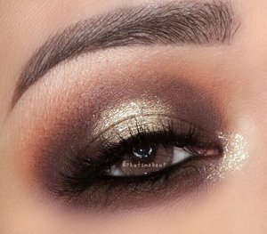 Glittery Halo Eyes 👀 . . PRODUCT USED . . EYES @urbandecaycosmetics Naked Ultimate Basic Eyeshadow Palette #udindonesia #urbandecay #urbandecaycosmetics  @jouercosmetics Skinny Dip Collection Ultra Foil Shimmer Shadow *Skinny Dip #jouer  @urbandecaycosmetics Heavy Metal Glitter *Midnight Cowboy @stilacosmetics magnificent Metals Glitter & Glow Liquid Eyeshadow *Diamond Dust for inner corner #stilabalmshell #stilaglitter . . BROWS  @benefitindonesia Ultra Fine Brow Pencil  @benefitindonesia Gimme Brow Volumizing Eyebrow Gel #benefitcosmetics #benefitbrowbar #benefitindonesia #benefitbrows . . Lens @contact.lensah solotica1 Ocre