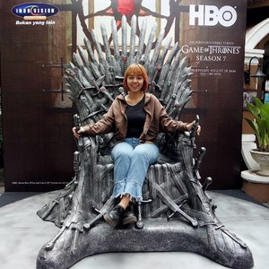 Woke up early this morning just to chase the season 7 finale of @gameofthrones and sat on this iron throne from @hbo_asia ♕  One of my favorite character is now dead 😭 though I believe most of the people will cherish his death!  Who's your fave one in #GameofThrones?